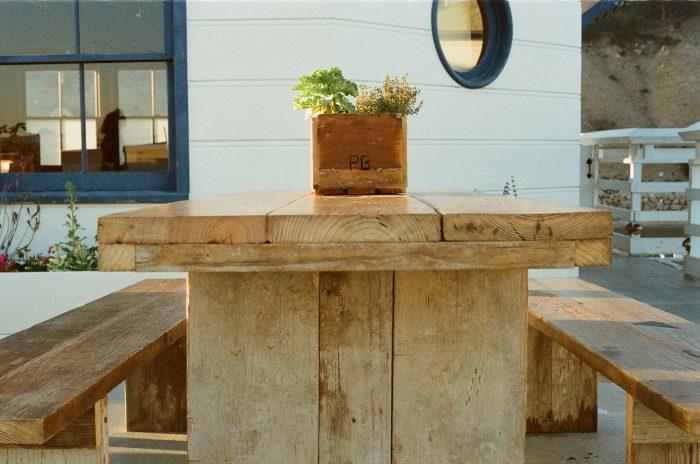 houten tafel en bank